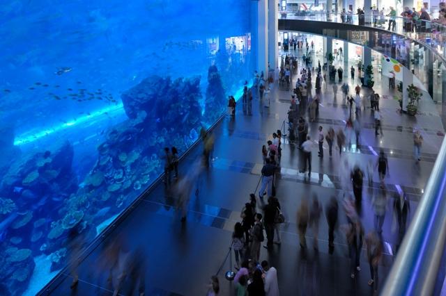 Гигантский аквариум в Dubai Mall